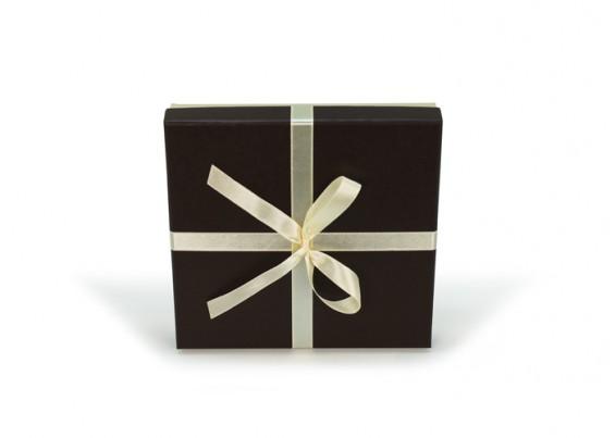 Caja de cartón con lazo