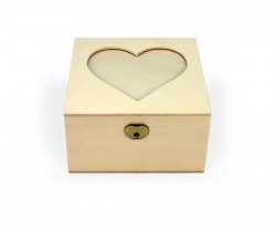 Embalaje de madera con corazón en la tapa